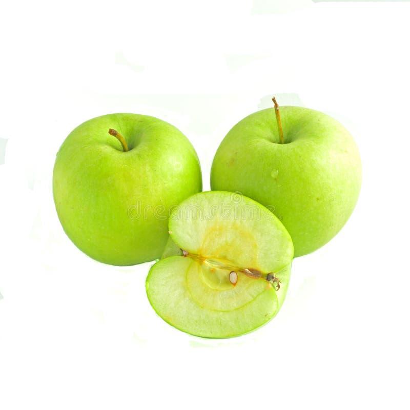 Zwei ganz und Hälfte Äpfel lokalisiert auf weißem Hintergrund lizenzfreie stockbilder