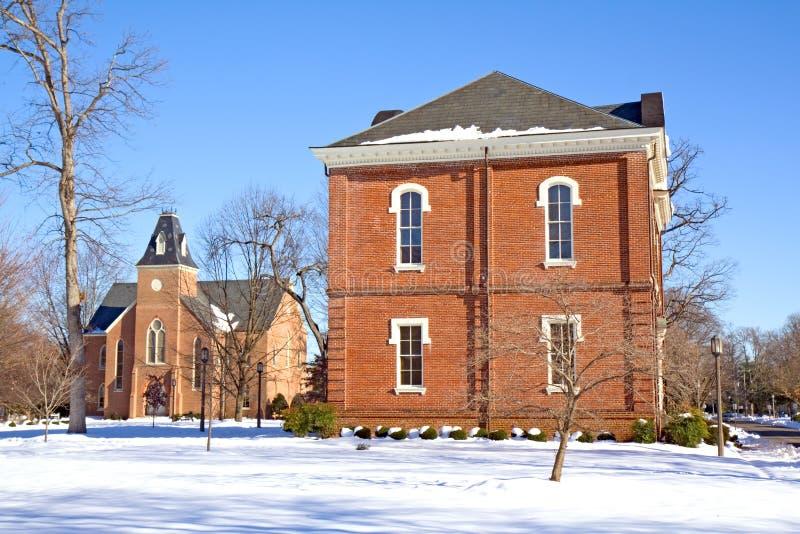 Zwei Gebäude auf einem Hochschulcampus im Winter lizenzfreies stockbild