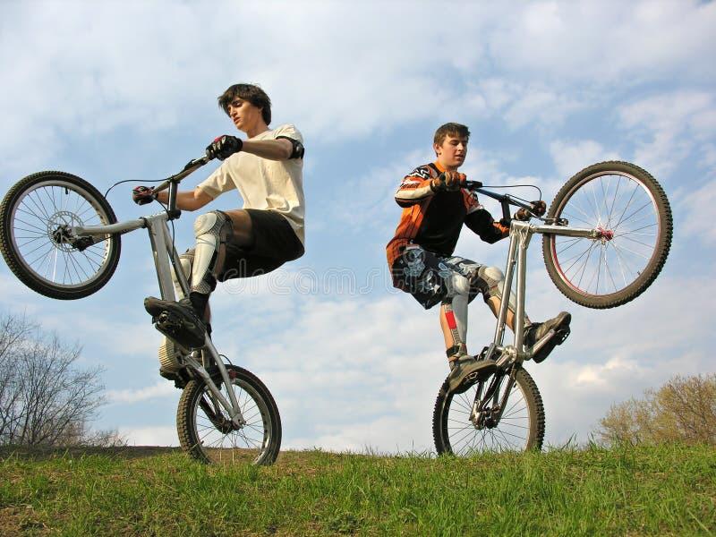 Zwei Gebirgsradfahrer lizenzfreie stockbilder