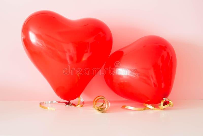 Zwei geformte Ballone des Herzens am Valentinsgruß-Tag stockfotos