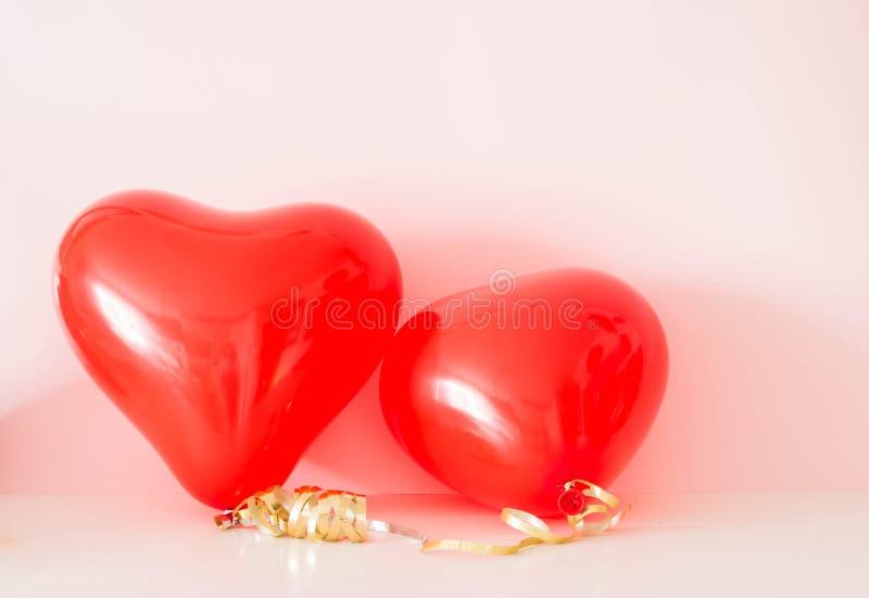 Zwei geformte Ballone des Herzens am Valentinsgruß-Tag stockbild
