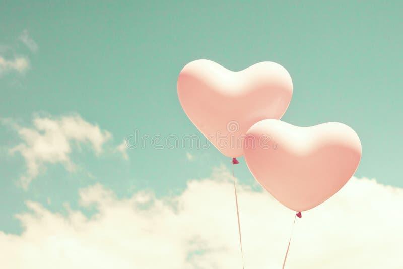 Zwei geformte Ballone des rosa Herzens lizenzfreies stockfoto