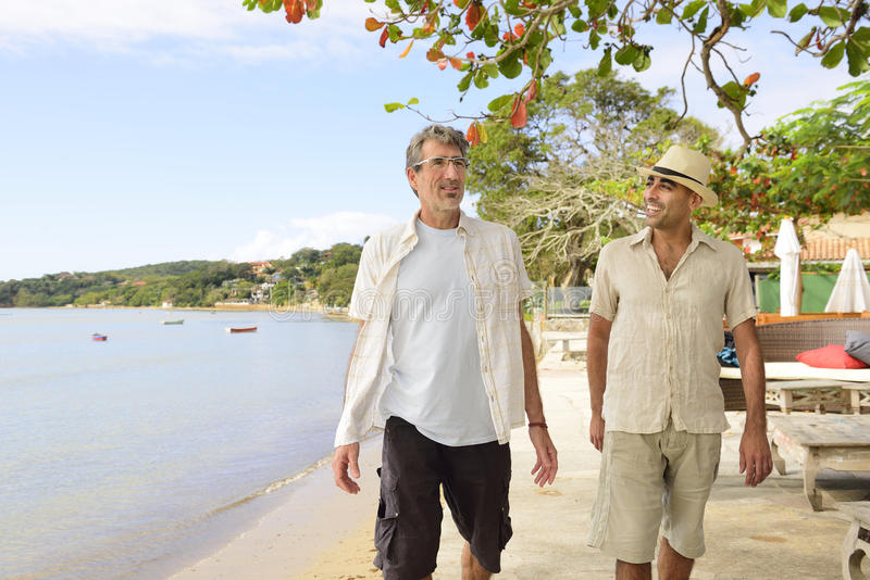 Zwei gehende und sprechende Männer lizenzfreie stockfotos
