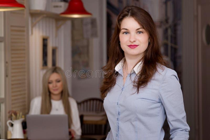 Zwei Geschäftsfrauen an Arbeitsprozeß lizenzfreie stockbilder
