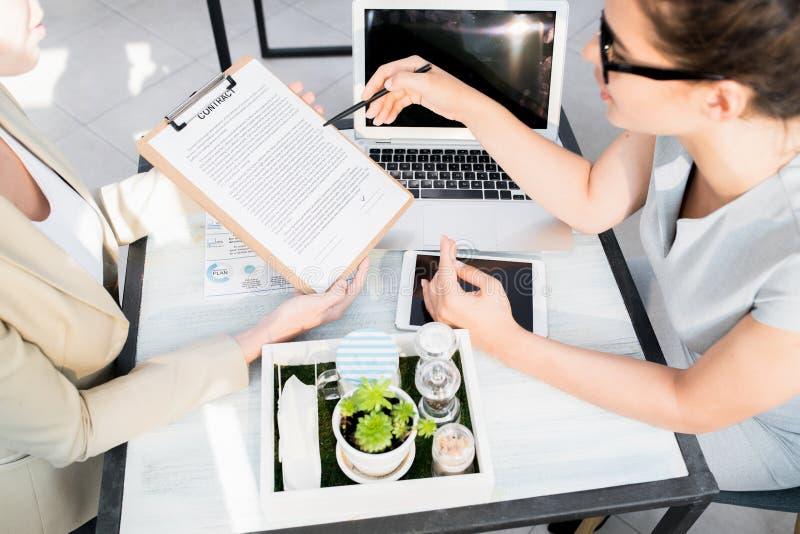 Zwei Geschäftsfrauen, die Abkommen besprechen lizenzfreie stockbilder