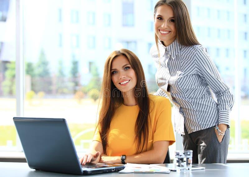 Zwei Geschäftsfrauen, die informelle Sitzung im Büro haben lizenzfreies stockfoto