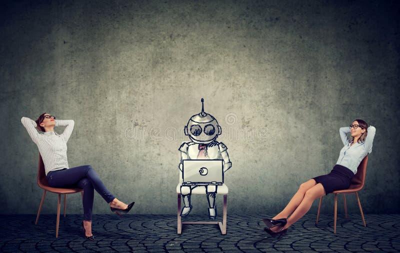 Zwei Geschäftsfrauen, die Unterstützung der künstlichen Intelligenz in der Geschäftsleitung genießend sich entspannen lizenzfreie stockbilder