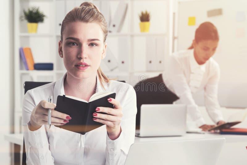 Zwei Geschäftsfrauen im Büro lizenzfreies stockbild