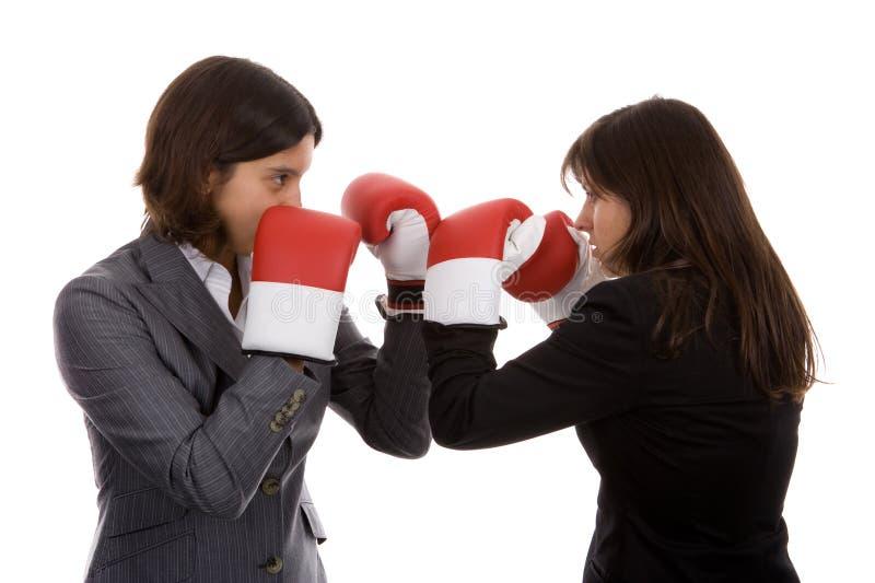 Zwei Geschäftsfrauen mit dem Verpackenhandschuhkämpfen lizenzfreies stockfoto