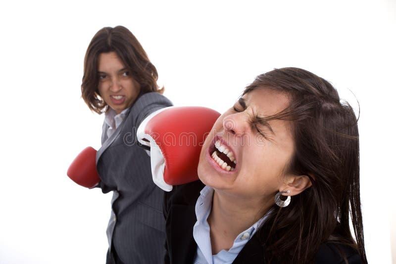 Zwei Geschäftsfrauen mit dem Verpackenhandschuhkämpfen lizenzfreies stockbild