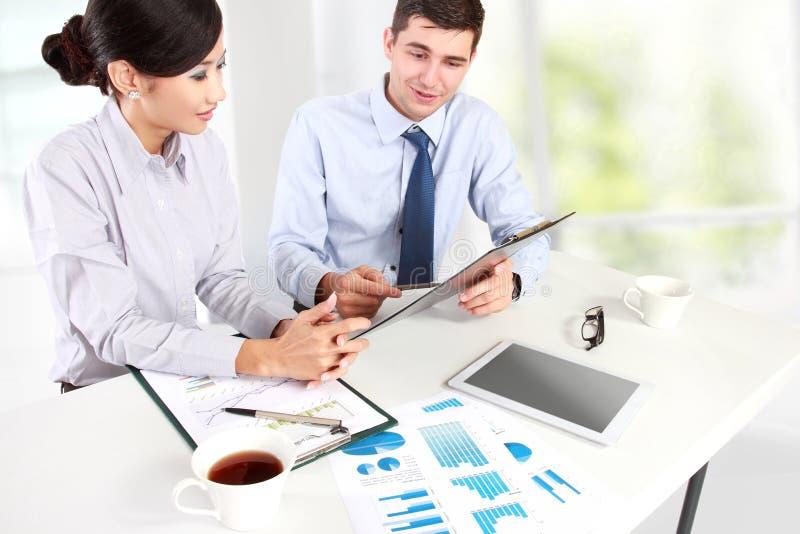 Zwei Geschäftsleute bei der Sitzung stockfoto