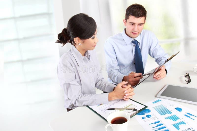 Zwei Geschäftsleute bei der Sitzung lizenzfreie stockbilder