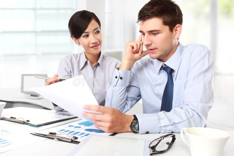 Zwei Geschäftsleute bei der Sitzung lizenzfreie stockfotos