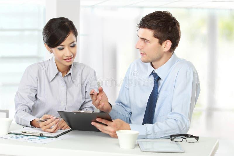 Zwei Geschäftsleute bei der Sitzung lizenzfreies stockfoto