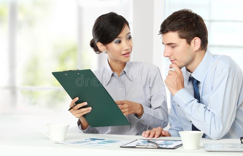Zwei Geschäftsleute bei der Sitzung stockfotos