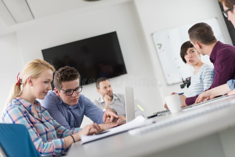 Zwei Geschäftsleute, die mit Laptop im Büro arbeiten stockfoto