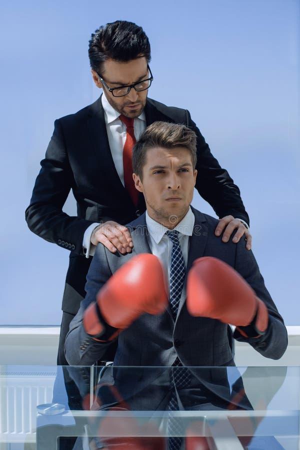 Zwei Geschäftsmänner bereiten sich für Kampf vor stockfotos