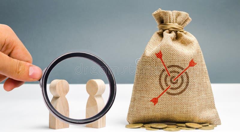 Zwei Geschäftsmänner besprechen ein Unternehmensziel Erzielen von Unternehmenszielen Draufsicht von zwei Geschäftsmännern, die et stockbilder