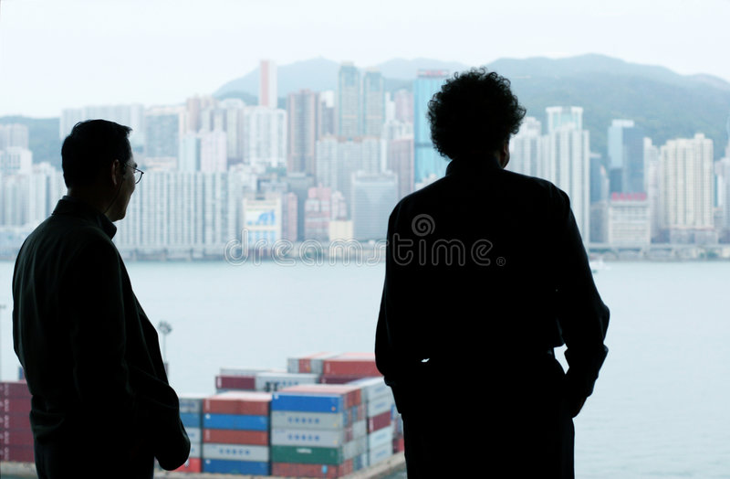 Zwei Geschäftsmänner, die aus dem Fenster heraus schauen lizenzfreies stockfoto