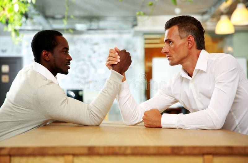 Zwei Geschäftsmänner, die gegenüber von einander sitzen stockfoto