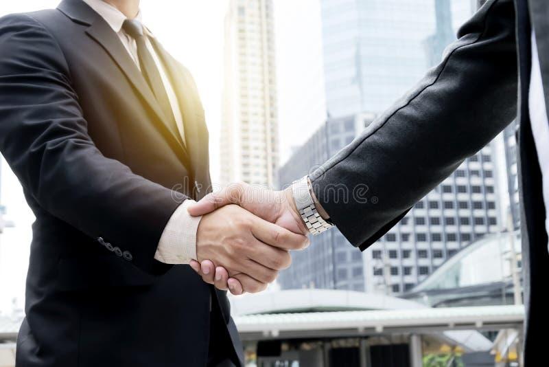 Zwei Geschäftsmänner, die Hände rütteln stockfotografie