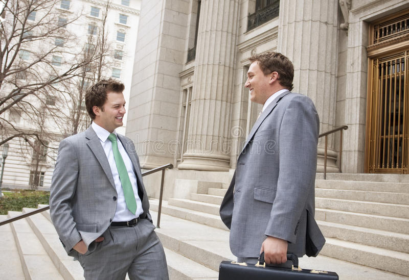 Zwei Geschäftsmänner, die zusammen lachen lizenzfreies stockbild