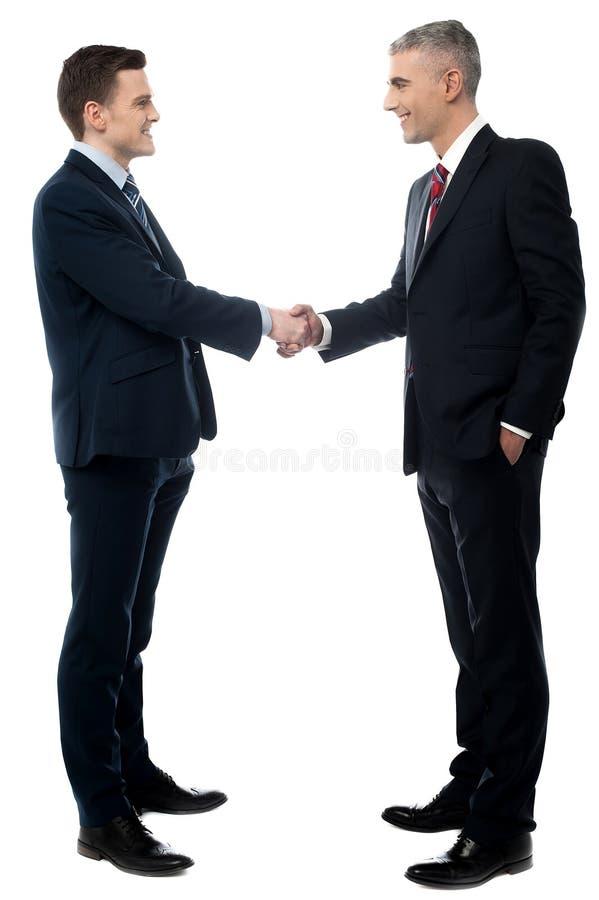 Zwei Geschäftsmänner haben eine Vereinbarung stockfotografie