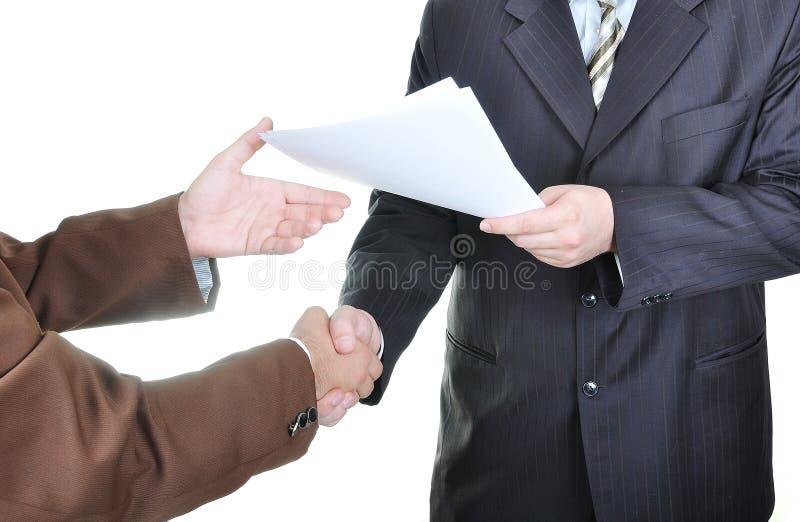 Zwei Geschäftsmannhände und die Taste lizenzfreies stockbild