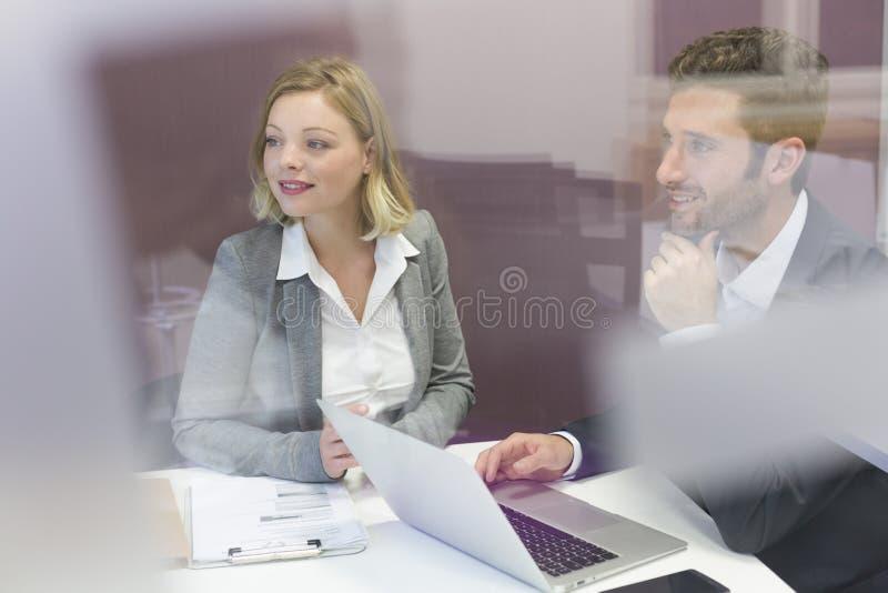 Zwei Geschäftsvölker, die im Konferenzzimmer zusammenarbeiten stockfoto