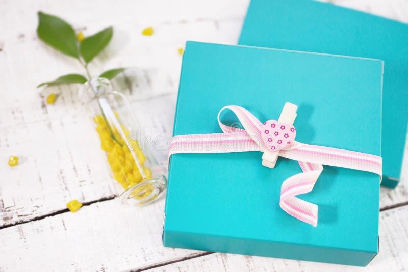 Zwei Geschenkboxen mit Herzen formten Stift vom weißen Holz stockbilder