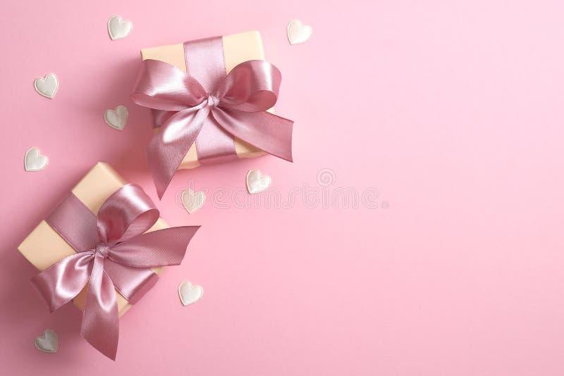 Zwei Geschenke und Valentinherzen auf rosa Hintergrund Flachlage, obere Ansicht Valentinstag, Geburtstag, Muttertag und stockbild