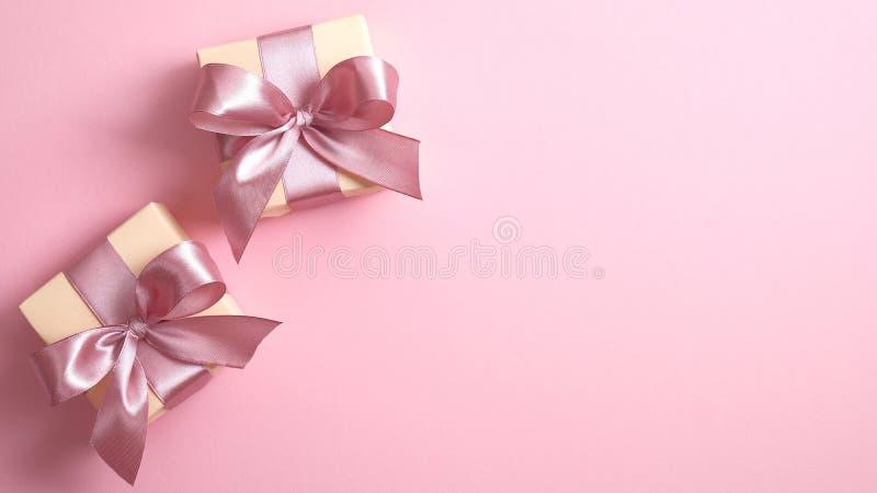 Zwei Geschenkschachteln mit rosa Bänder auf rosa Untergrund mit Kopierraum Glückliche Frauen, Mutter, Valentinstag, Geburtstag stockbilder