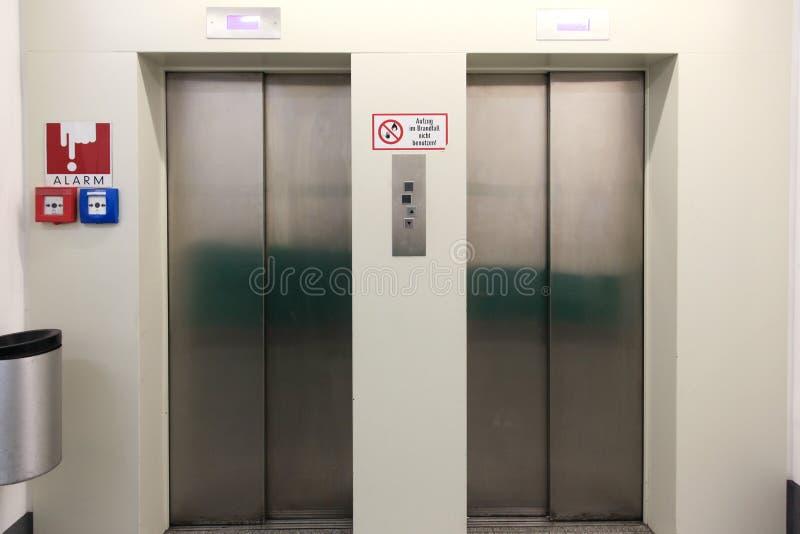 Zwei geschlossene Metallaufzugstüren im Untertageparken lizenzfreie stockfotos