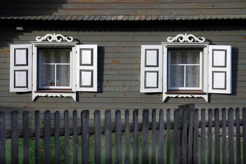Zwei geschnitzte Fenster lizenzfreie stockbilder