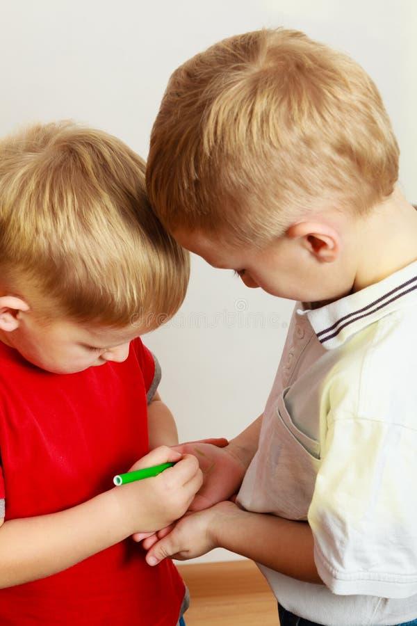 Zwei Geschwister der kleinen Jungen, die zusammen spielen lizenzfreie stockfotografie