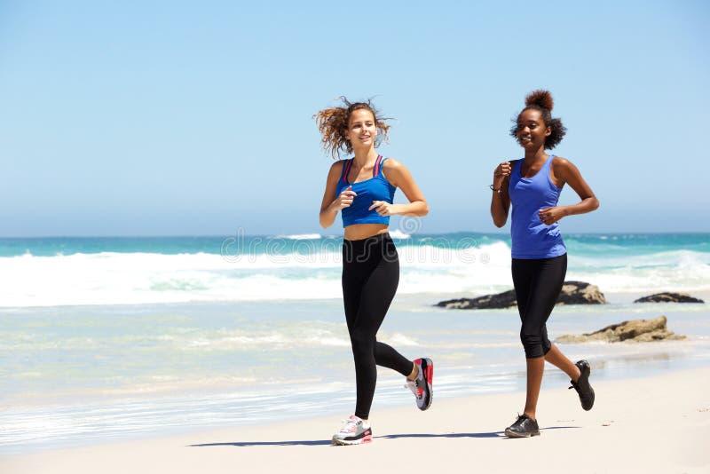Zwei gesunde junge weibliche Läufer stockfotos