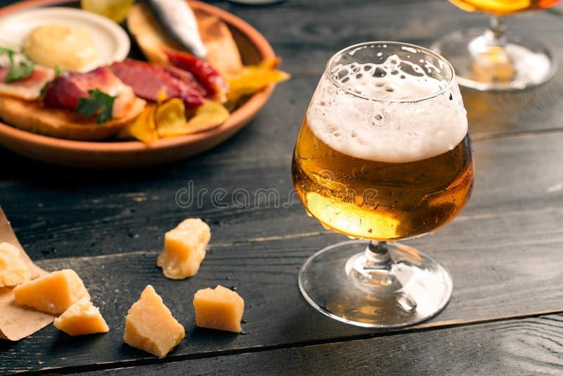 Zwei Gläser Bier stockbild