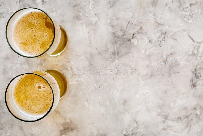 Zwei Gläser Bier auf grauem Steincopyspace Draufsicht des hintergrundes lizenzfreie stockfotografie
