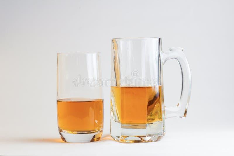Zwei Gläser Bier auf weißem Hintergrund lizenzfreie stockbilder