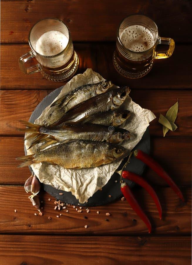 Zwei Gläser Bier mit Fischen lizenzfreies stockbild