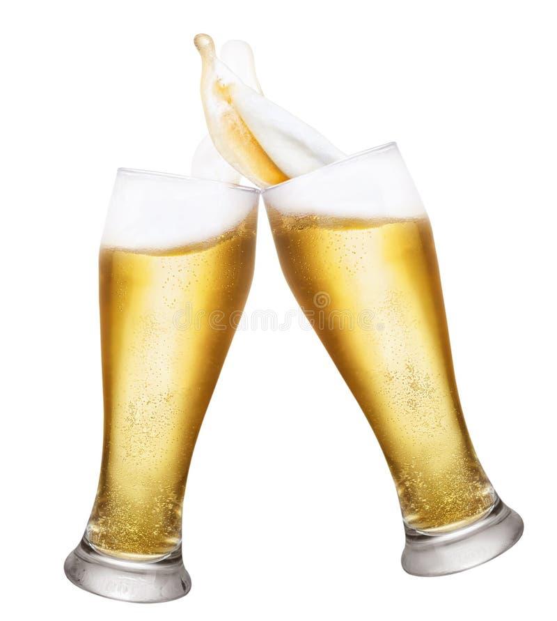Zwei Gläser Bier mit spritzt lizenzfreies stockbild