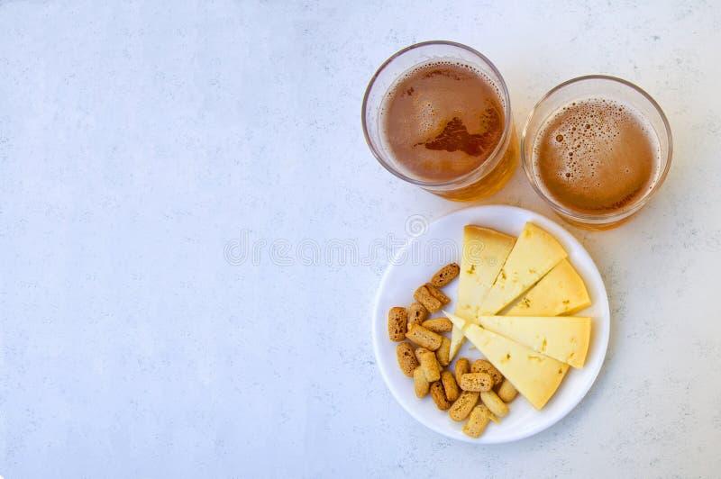 Zwei Gläser Bier und Snäcke, rechte Seite, auf stockfotos