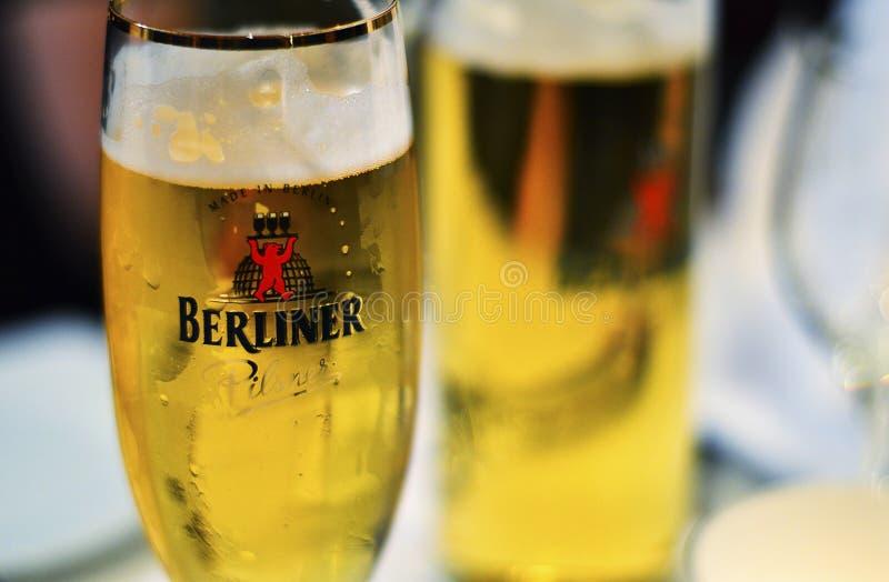 Zwei Gläser Bier von Berlin gesetzt auf Tabelle stockfotos