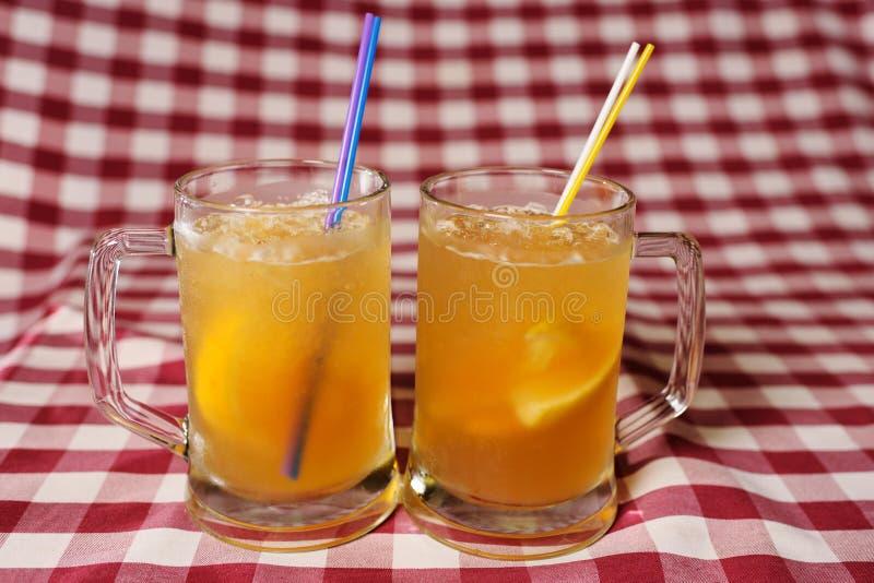 Zwei Gläser Biercocktails auf Plaidstoff stockfoto