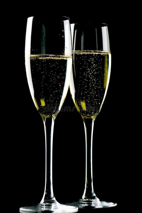 Zwei Gläser Champagner auf Schwarzem lizenzfreie stockfotos