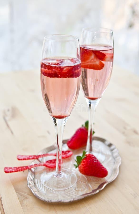 Gläser Champagner mit Erdbeeren stockfoto