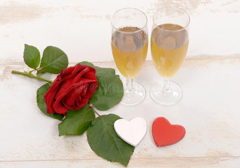 Zwei Gläser Champagner und rote Rosen stockfoto