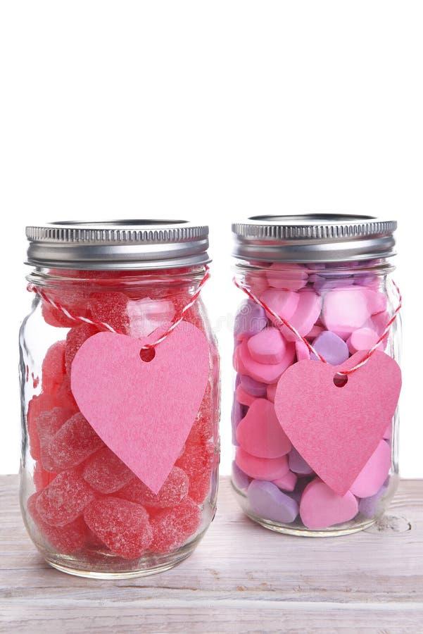 Zwei Gläser der Valentinsgruß-Süßigkeit stockbild
