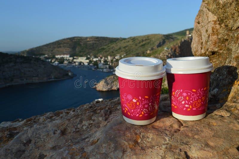 Zwei Gläser des Kaffees und der schönen Landschaft stockfotografie