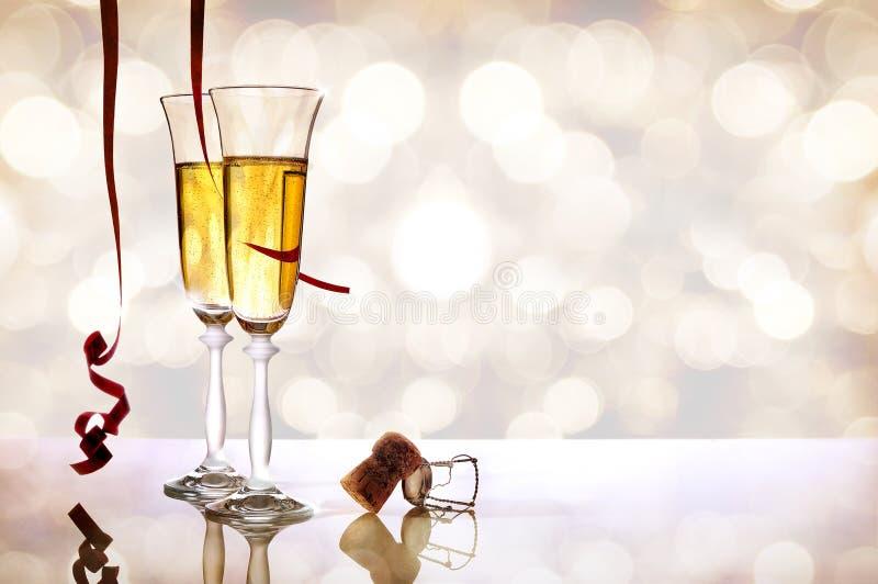 Zwei Gläser funkelndes Weißwein und Korken horizontal stockfoto